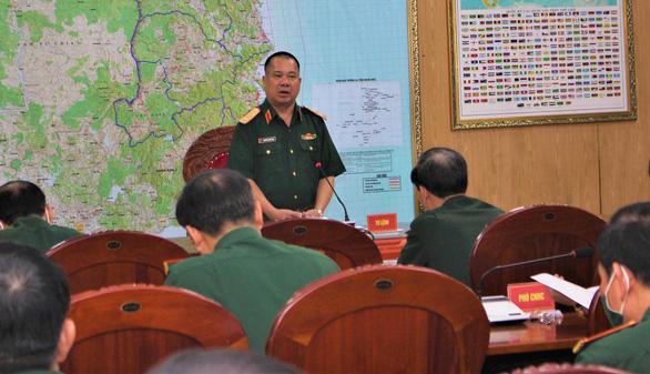 Tư lệnh Quân khu 5 trung tướng Nguyễn Long Cáng chỉ đạo ứng phó với bão số 5 - Ảnh: B.D
