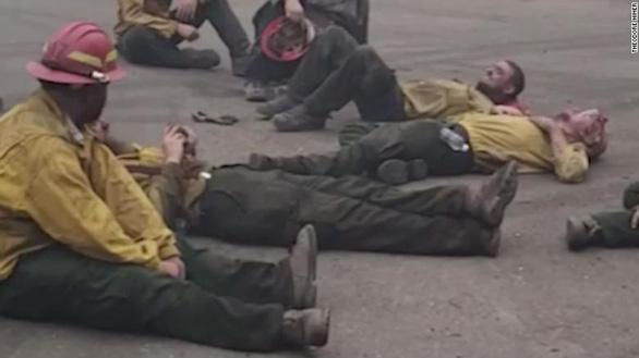 Lính cứu hỏa Mỹ ca hát sau 14 giờ kiệt sức chống chọi cháy rừng - Ảnh 1.