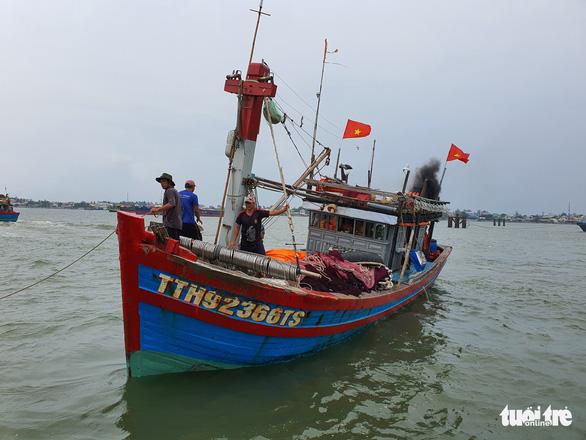 Cảng cá lớn nhất Thừa Thiên Huế hối hả trước giờ bão vào - Ảnh 2.