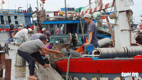 Cảng cá lớn nhất Thừa Thiên Huế hối hả trước giờ bão vào - Ảnh 3.