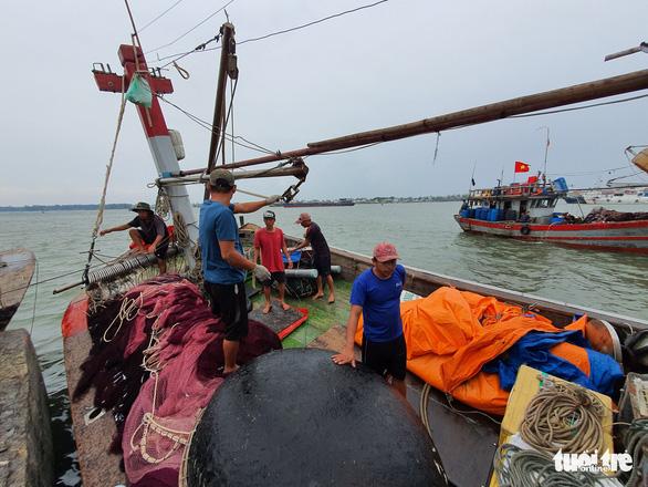Cảng cá lớn nhất Thừa Thiên Huế hối hả trước giờ bão vào - Ảnh 4.
