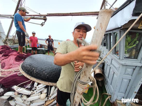 Cảng cá lớn nhất Thừa Thiên Huế hối hả trước giờ bão vào - Ảnh 7.