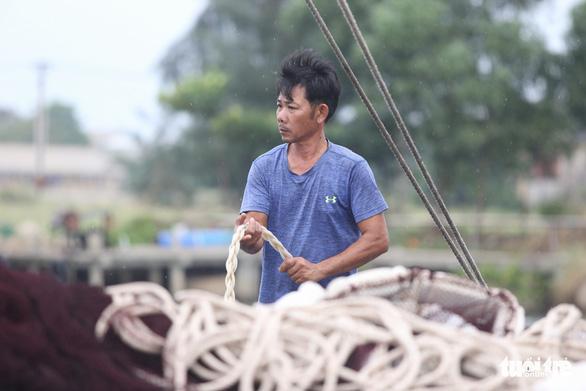 Cảng cá lớn nhất Thừa Thiên Huế hối hả trước giờ bão vào - Ảnh 9.
