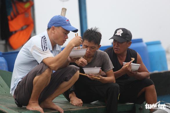 Cảng cá lớn nhất Thừa Thiên Huế hối hả trước giờ bão vào - Ảnh 10.