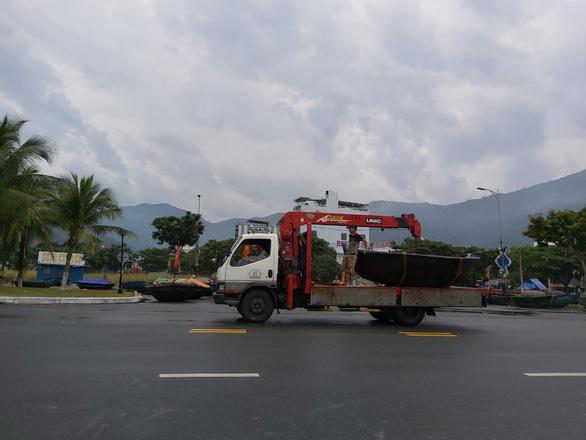 Xe cẩu chạy mệt nghỉ đưa tàu, thuyền đi tránh bão - Ảnh 2.