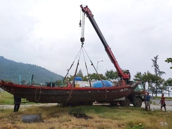 Xe cẩu chạy mệt nghỉ đưa tàu, thuyền đi tránh bão - Ảnh 3.