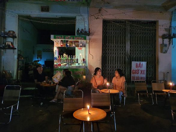 Mất điện do ảnh hưởng bão, hàng quán ở Huế lôi đèn cầy, đèn dầu ra thắp sáng - Ảnh 2.
