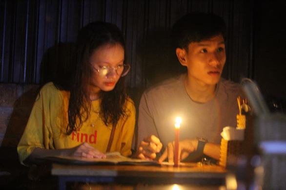 Mất điện do ảnh hưởng bão, hàng quán ở Huế lôi đèn cầy, đèn dầu ra thắp sáng - Ảnh 1.