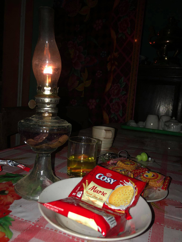 Mất điện do ảnh hưởng bão, hàng quán ở Huế lôi đèn cầy, đèn dầu ra thắp sáng - Ảnh 5.