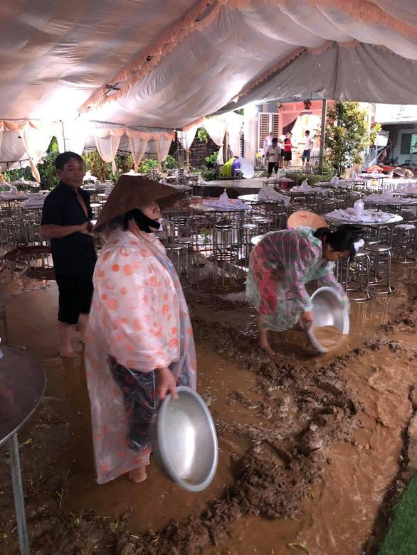 Bão đi vào giữa Quảng Trị - Thừa Thiên Huế, giảm cường độ còn cấp 7-8 - Ảnh 11.