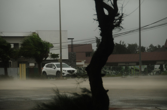 Bão số 5 vào Quảng Bình - Thừa Thiên Huế, suy yếu thành áp thấp nhiệt đới - Ảnh 2.
