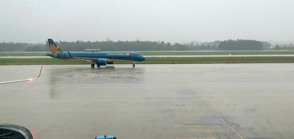 Vietnam Airlines hủy hàng chục chuyến bay vì bão số 13 - Ảnh 1.