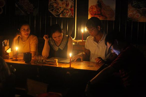 Mất điện do ảnh hưởng bão, hàng quán ở Huế lôi đèn cầy, đèn dầu ra thắp sáng - Ảnh 3.