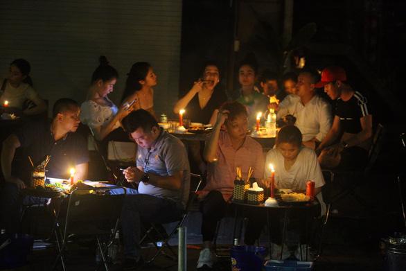 Mất điện do ảnh hưởng bão, hàng quán ở Huế lôi đèn cầy, đèn dầu ra thắp sáng - Ảnh 4.