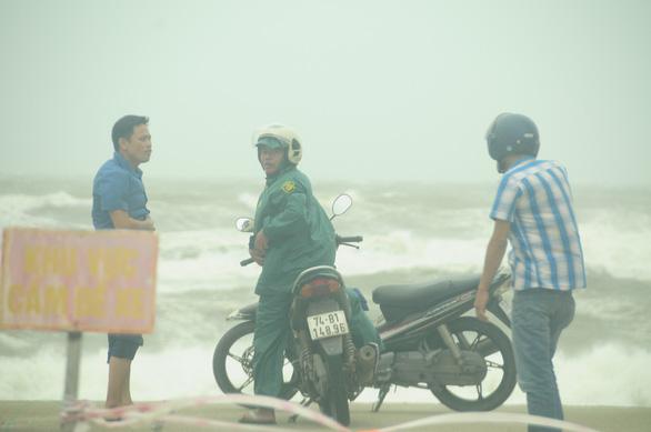 Bão số 5 vào Quảng Bình - Thừa Thiên Huế, suy yếu thành áp thấp nhiệt đới - Ảnh 6.