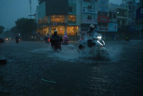 Miền Trung mưa lớn kèm sấm chớp, đường Đà Nẵng ngập, Huế đã có thiệt hại - Ảnh 2.