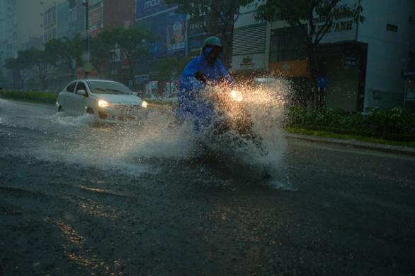 Miền Trung mưa lớn kèm sấm chớp, đường Đà Nẵng ngập, Huế đã có thiệt hại - Ảnh 1.