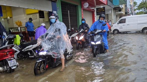 Miền Trung mưa lớn kèm sấm chớp, đường Đà Nẵng ngập, Huế đã có thiệt hại - Ảnh 3.