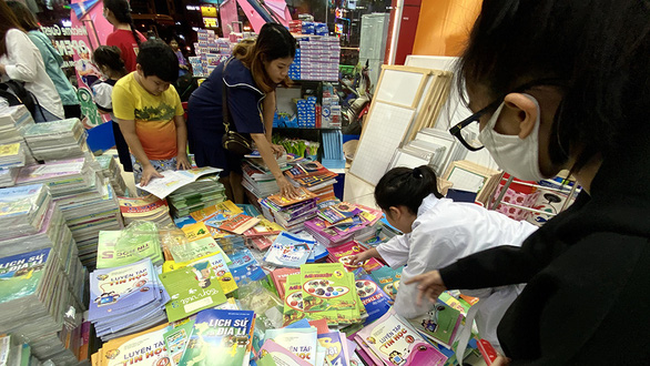Phụ huynh ở TP.HCM phải đặt mua sách ngoài Hà Nội cho con - Ảnh 1.