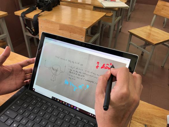 Quy định mới cho phép học sinh dùng điện thoại trong lớp để phục vụ học tập - Ảnh 1.