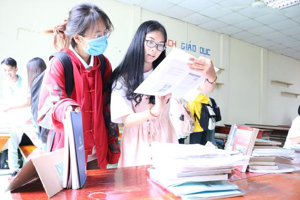 Giảng viên, cựu sinh viên góp sách tặng sinh viên vào năm học mới - Ảnh 1.