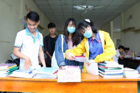 Giảng viên, cựu sinh viên góp sách tặng sinh viên vào năm học mới - Ảnh 2.