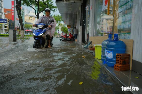 Bão số 5: Đà Nẵng chèn bao cát ngăn nước vào nhà, Huế có 14 người bị thương - Ảnh 3.