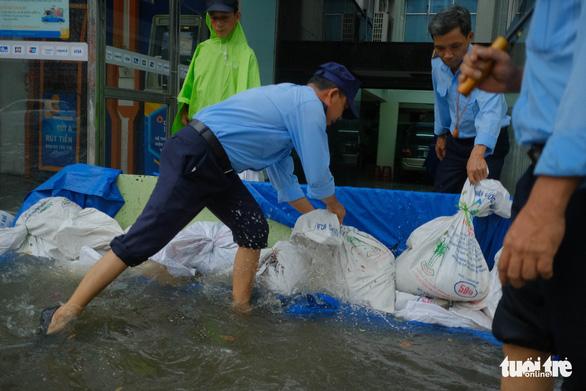 Bão số 5: Đà Nẵng chèn bao cát ngăn nước vào nhà, Huế có 14 người bị thương - Ảnh 1.
