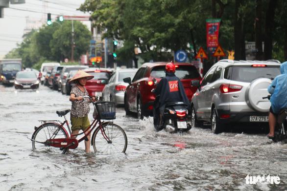 Mưa lớn, nhiều tuyến phố TP Vinh ngập nặng, xe cộ tắc cả tiếng - Ảnh 6.