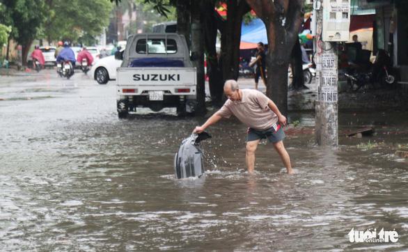 Mưa lớn, nhiều tuyến phố TP Vinh ngập nặng, xe cộ tắc cả tiếng - Ảnh 8.
