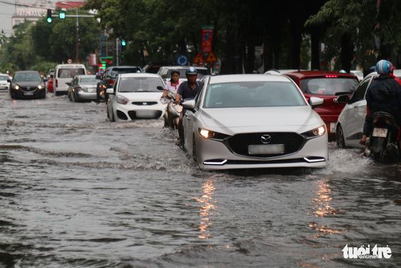 Mưa lớn, nhiều tuyến phố TP Vinh ngập nặng, xe cộ tắc cả tiếng - Ảnh 2.