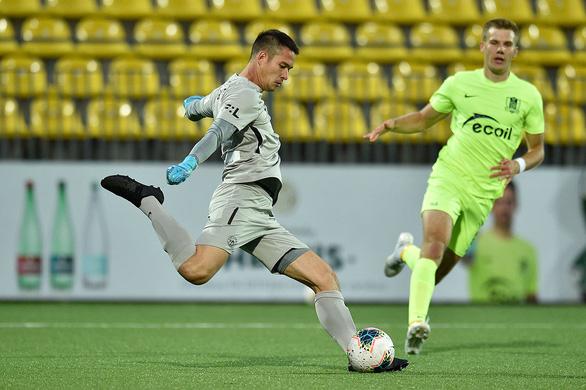 Thời tiết xấu khiến thủ thành Filip Nguyen thủng lưới ở vòng loại Europa League - Ảnh 1.