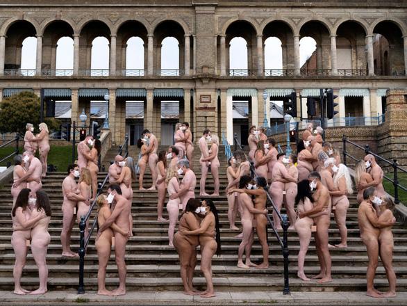 220 người khỏa thân, đeo khẩu trang má kề má, môi kề môi vì nghệ thuật - Ảnh 1.