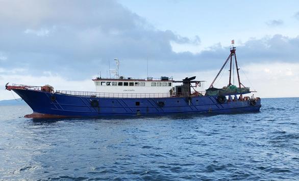 Bắt tàu cá Trung Quốc đánh bắt hải sản trái phép trên vùng biển Móng Cái - Ảnh 1.