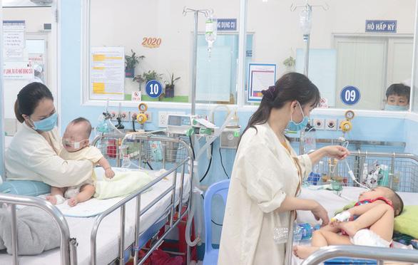TP.HCM: Bệnh hô hấp tăng vọt, nhiều trẻ phải thở máy - Ảnh 1.
