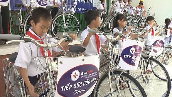 EVN SPC trao tặng nhà tình nghĩa, xe đạp, tập vở cho người dân Long An - Ảnh 2.