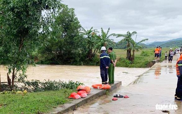 Đi qua đập tràn và sửa trạm cân ngập nước sau bão, 2 người tử vong - Ảnh 1.