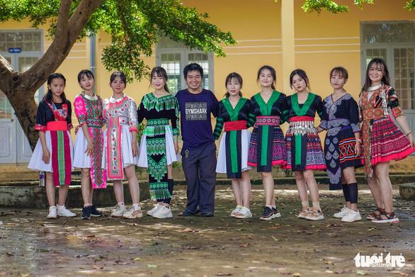 Chàng trai khuyết tật cùng nữ sinh lớp 11 làm clip 'Ghen Cô Vy' bằng tiếng Mông - Ảnh 9.