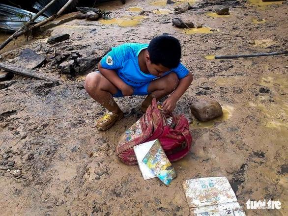 Nhà cửa đổ sập, trâu bò chết trôi tại Tây Giang do bão số 5 - Ảnh 1.