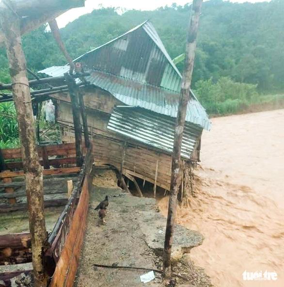 Nhà cửa đổ sập, trâu bò chết trôi tại Tây Giang do bão số 5 - Ảnh 2.