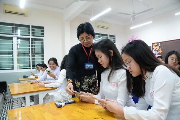 Cho học sinh dùng điện thoại trong lớp, nên không? - Ảnh 1.