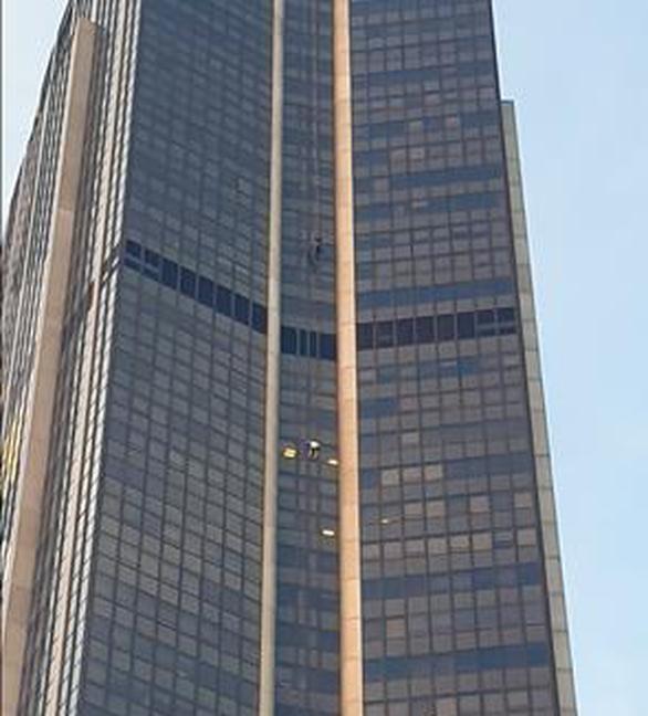 Sau 5 năm, lại một người trèo cheo leo lên tòa nhà 210m cao nhất Paris - Ảnh 2.