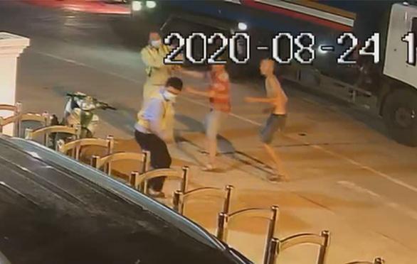 Hai người đánh nhân viên Trạm BOT Ninh Xuân bị bắt tạm giam về tội 'giết người' - Ảnh 1.