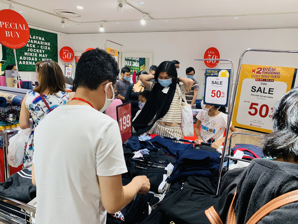 TP.HCM: Người dân đổ xô mua sắm, mừng Quốc khánh sale thả phanh - Ảnh 6.