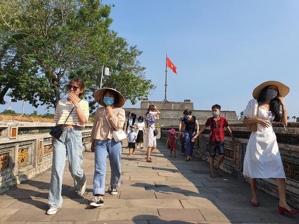 Du khách tấp nập ngày Quốc khánh, Huế tiếp tục giảm 50% giá vé để kích cầu du lịch nội địa - Ảnh 1.