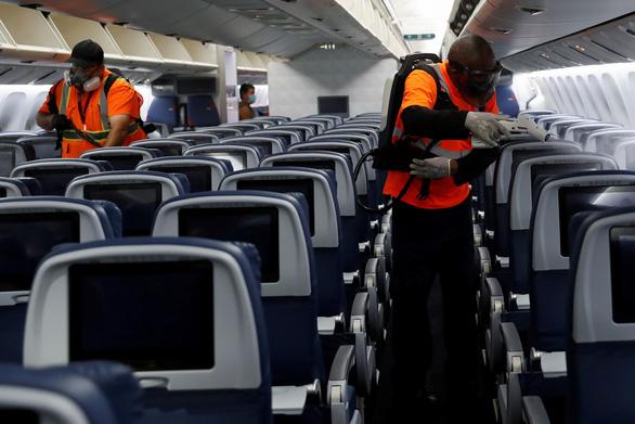 1.600 người dương tính corona đi máy bay, 11.000 người khác có thể tiếp xúc virus - Ảnh 1.