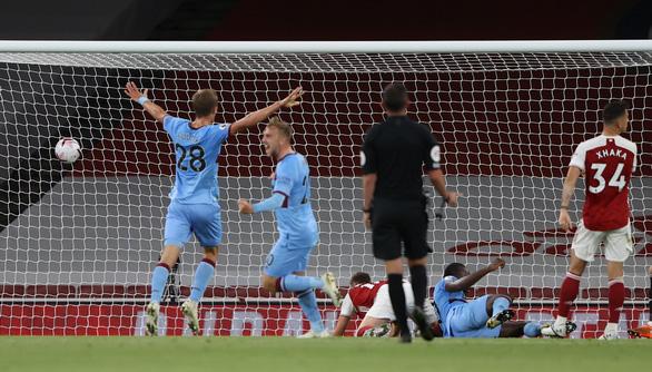 Arsenal suýt khóc hận ở sân nhà nhưng vẫn có trận thắng thứ 2 liên tiếp - Ảnh 2.