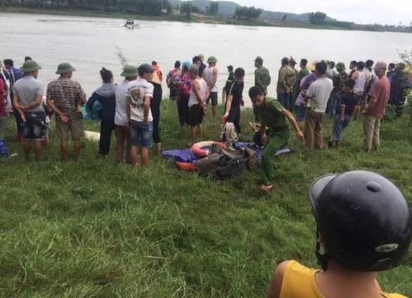 Cô gái bị rơi xuống sông, tài xế xe tải nhảy xuống cứu, cả hai tử vong - Ảnh 1.