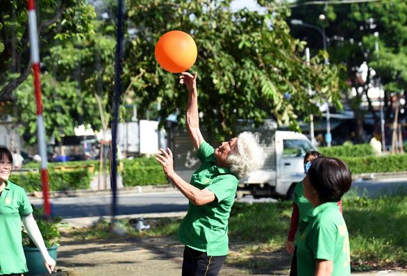 60, 70 vẫn chơi bóng rổ, bóng chuyền - Ảnh 1.