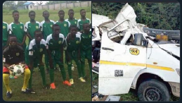 Xe buýt lao xuống sông, 8 cầu thủ trẻ Ghana tử vong - Ảnh 1.